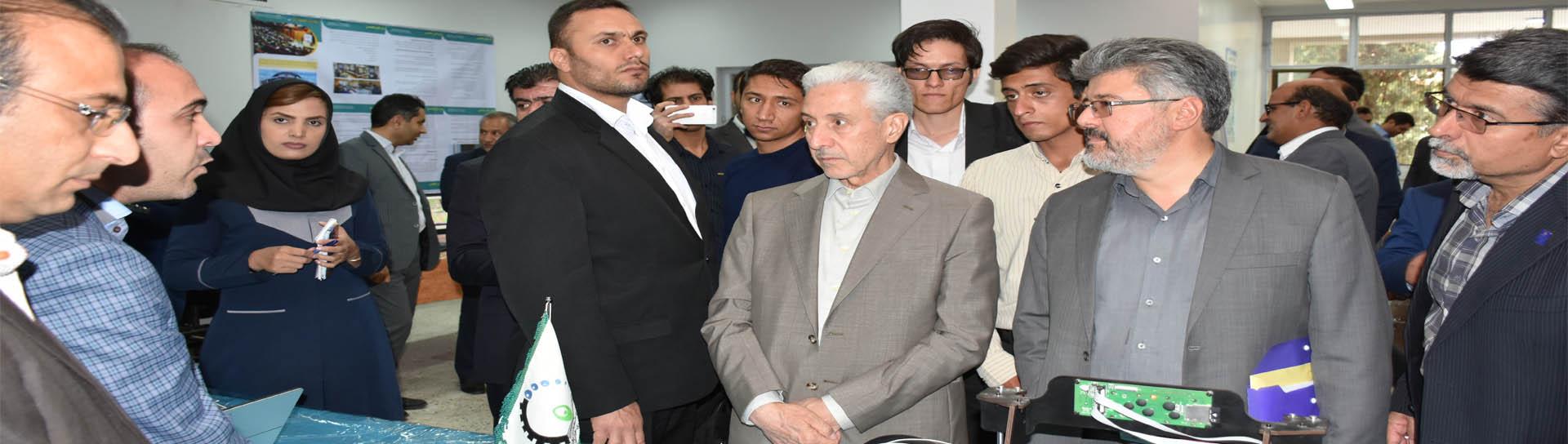 بازدید وزیر علوم از نمایشگاه دستاوردهای پارک علم و فناوری استان