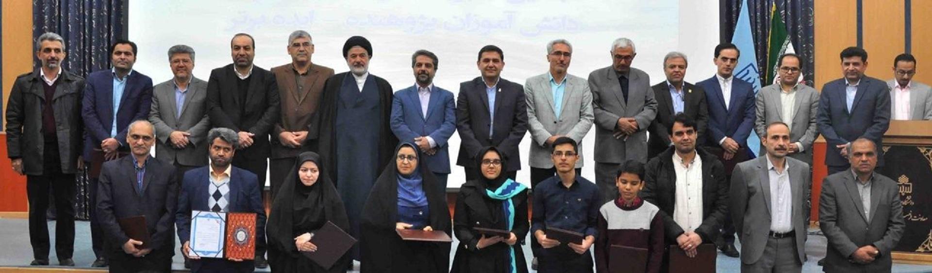 فناور برتر مرکز رشد در آیین بزرگداشت و تجلیل از برگزیدگان و فناوران استان